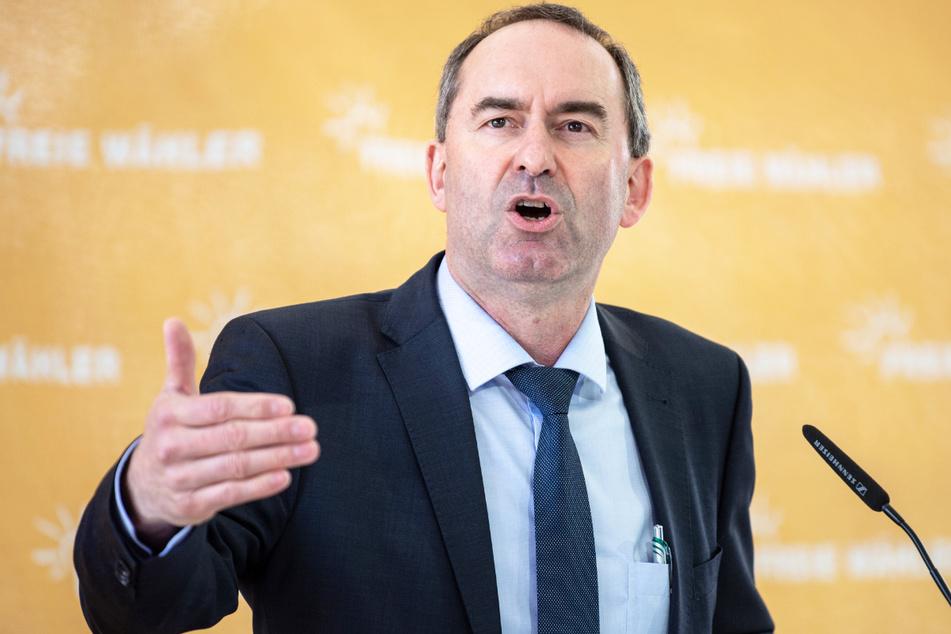Bayerns Wirtschaftsminister Hubert Aiwanger (50, FW) ist noch immer unschlüssig, ob er sich gegen das Coronavirus impfen lassen soll.