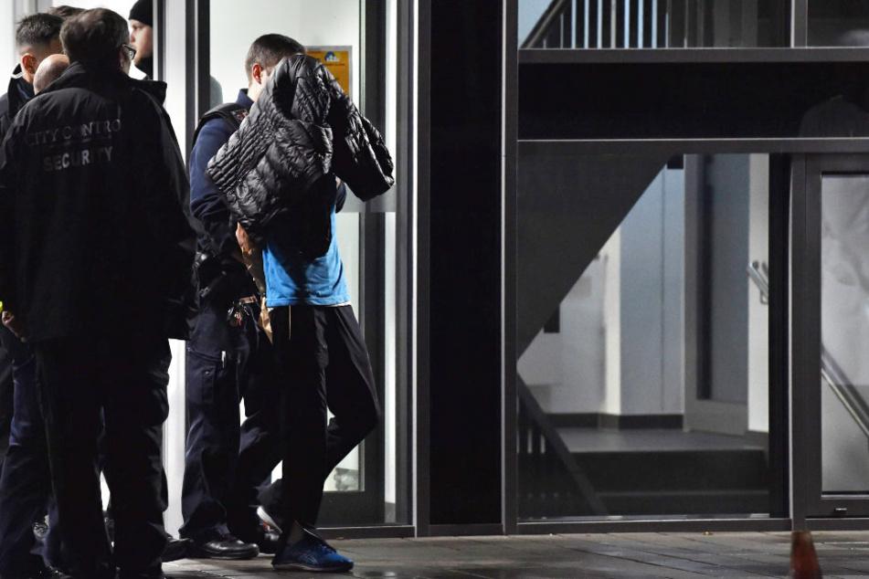 Polizisten nehmen den Beschuldigten in der privaten Schlosspark-Klinik eine Person fest. (Archivbild)