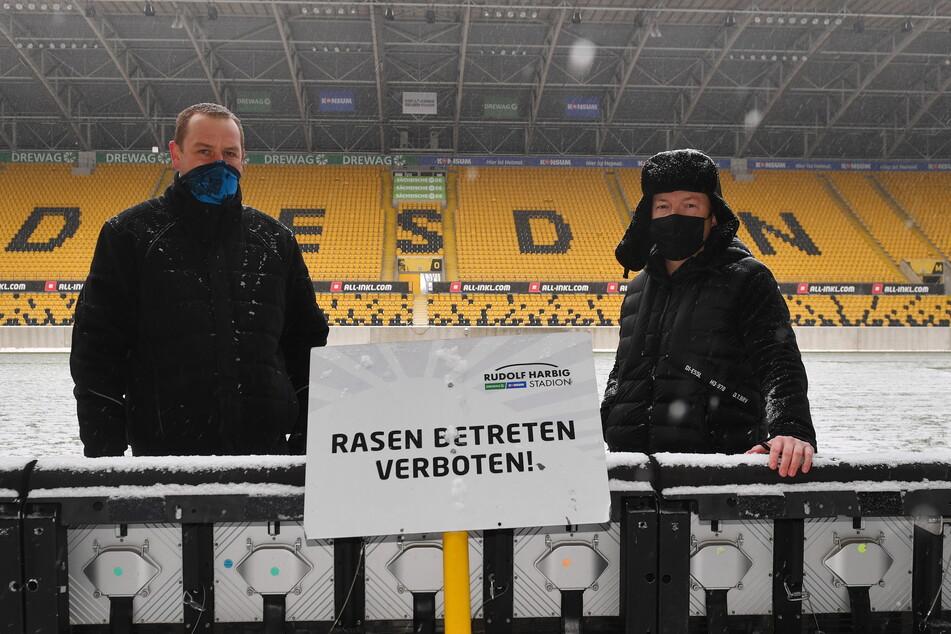 Wollen am Sonntag das Schild beiseiteschieben: Stadionchef Ronald Tscherning (r.) und Platzwart Axel Hocke.