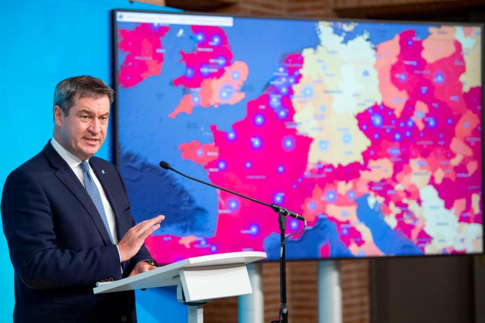 Markus Söder (53, CSU), Ministerpräsident von Bayern, spricht auf einer Pressekonferenz. Hinter ihm ist auf einem Monitor eine Karte zu sehen, auf der die aktuelle Entwicklung der Corona-Fallzahlen in Europa dargestellt wird.