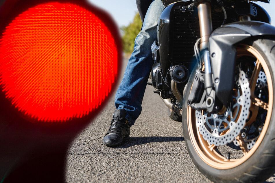 Über rote Ampel und Fußweg: Polizei liefert sich Verfolgungsjagd mit Motorradfahrer
