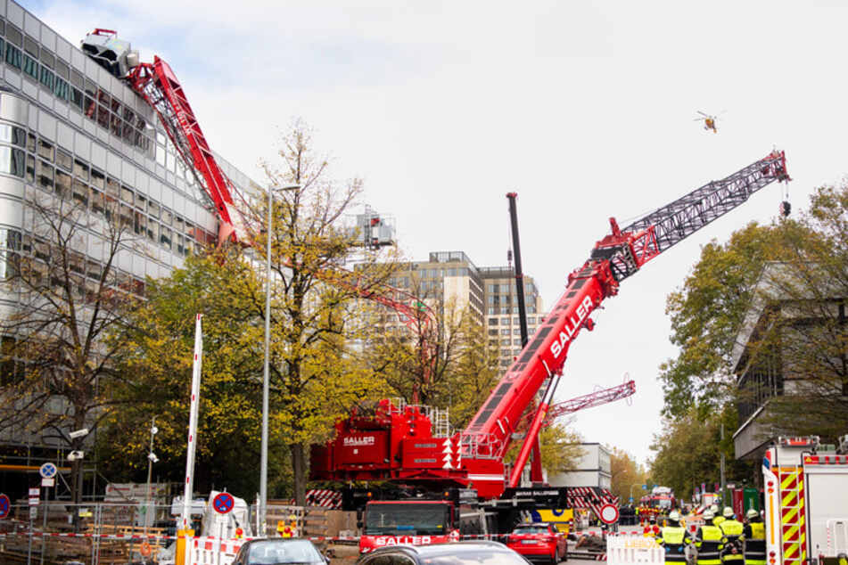 Großeinsatz in München! Kran stürzt am Arabellapark auf Dach, mehrere Verletzte