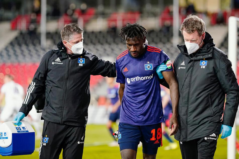 Nachdem er aus kürzester Distanz den Ball gegen den Kopf bekommen hatte, verlor HSV-Außenstürmer Bakery Jatta (M.) kurzzeitig das Bewusstsein und musste ausgewechselt werden.