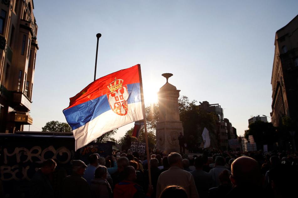 Serbien, Belgrad: Demonstranten versammeln sich auf dem Terazije Platz während eines Protests gegen den serbischen Präsidenten Vucic. (Archivbild)