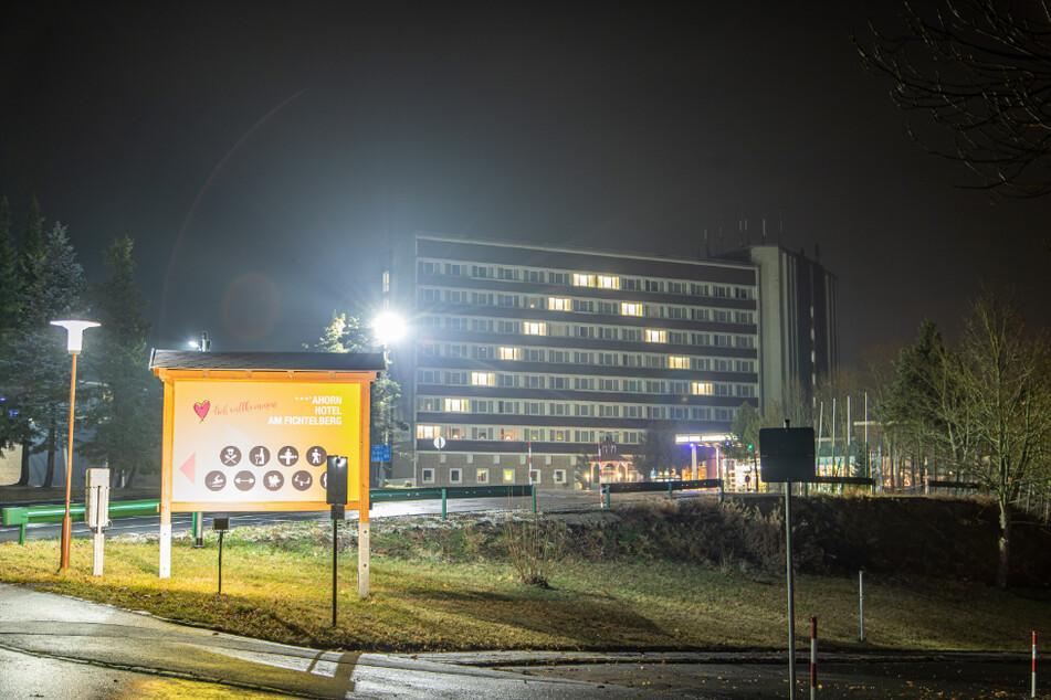 Das 3-Sterne-Hotel mit 388 Zimmern liegt direkt an der B95. Am Sonntag leuchtete in ausgewählten Zimmern das Licht.