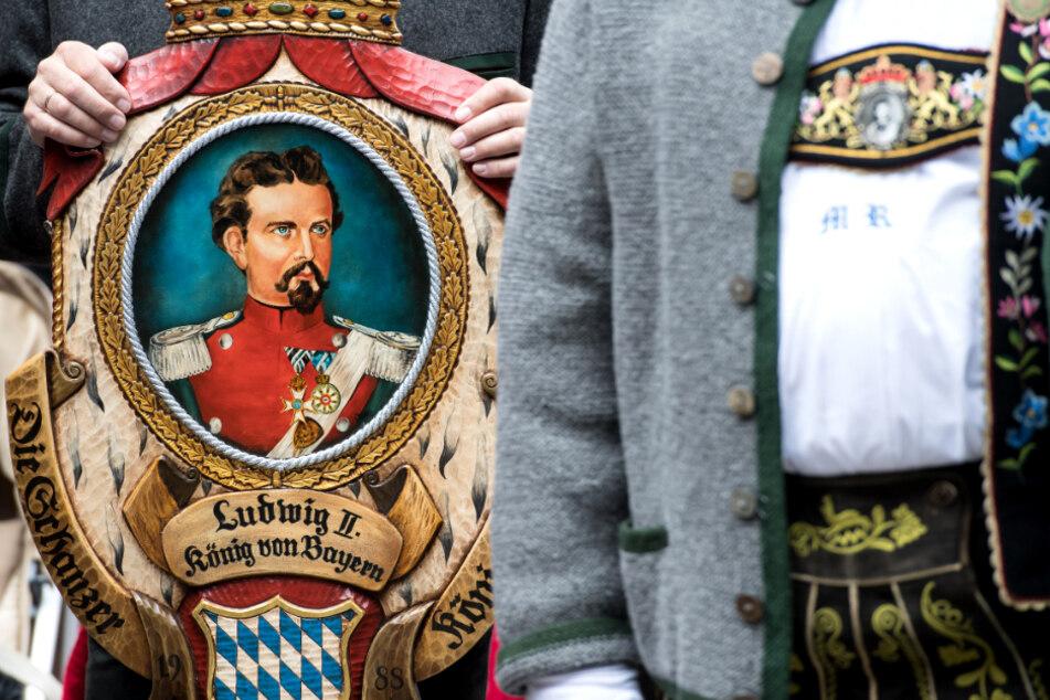 Königstreue stehen bei einer Gedenkfeier für Bayerns König Ludwig II. (Archiv)