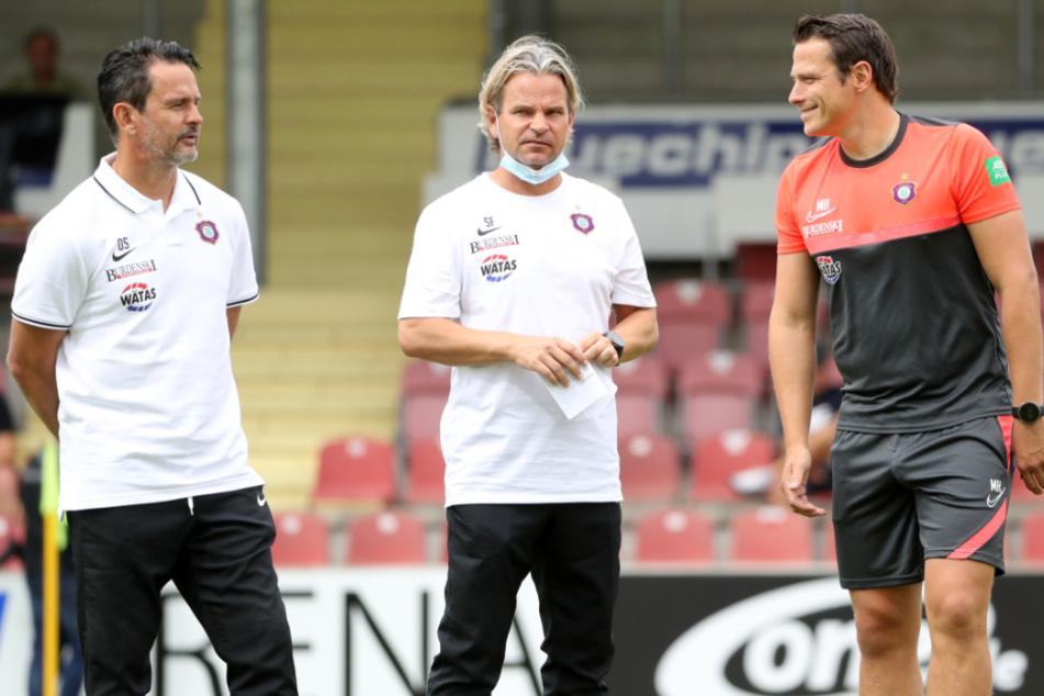Dirk Schuster (l.) und sein Trainerteam halten noch nach Verstärkungen für die Offensive Ausschau.