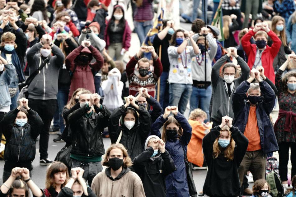 Aktivisten der Klimaschutzbewegung Fridays for Future demonstrieren im Rahmen eines internationalen Klimaprotesttages wieder für mehr Tempo im Kampf gegen die Klimakrise.