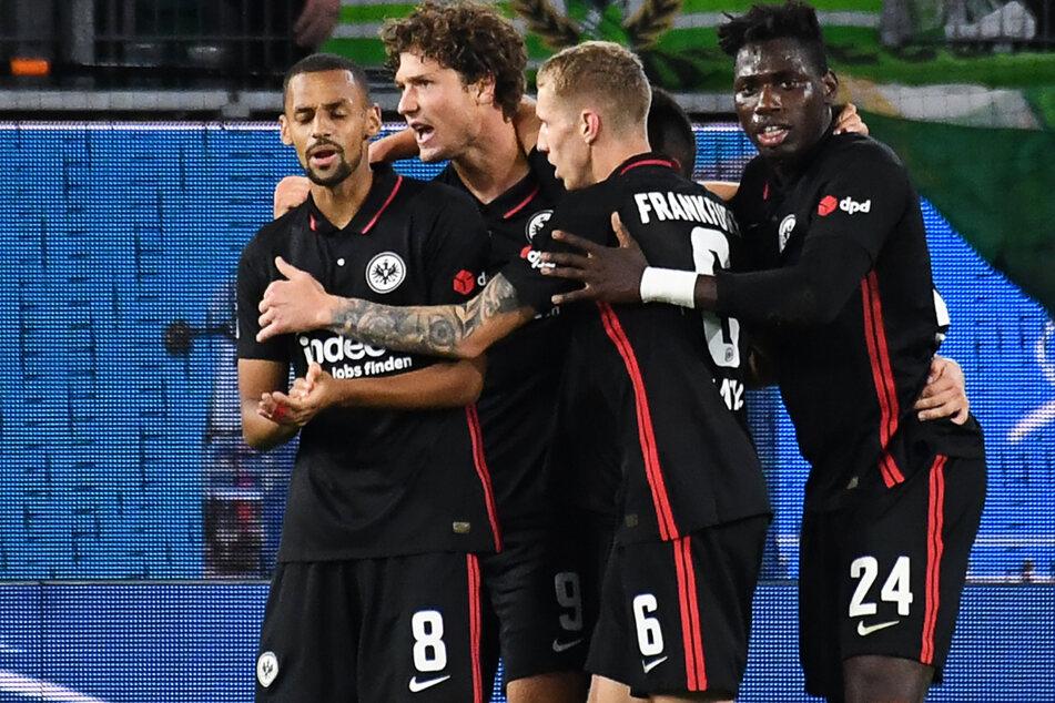 Frankfurts Sam Lammers (2.vl.) jubelt mit Djibril Sow (l-r), Kristijan Jakic und Danny da Costa nach seinem Tor zum 0:1.