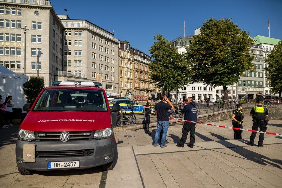 Polizei und Kampfmittelräumdienstes im Einsatz an der Binnenalster.