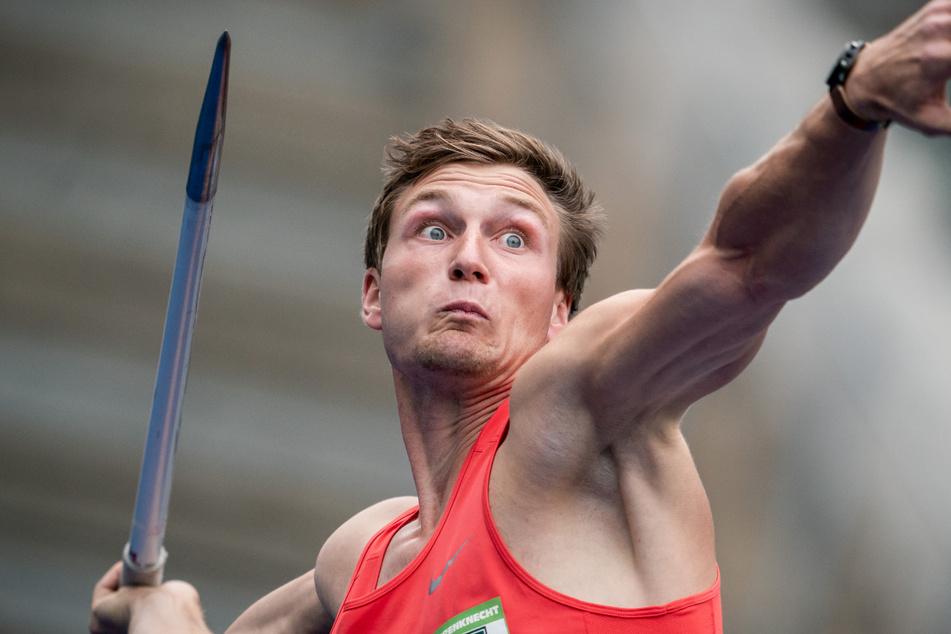 Mit weit aufgerissenen Augen holt Thomas Röhler (29) zum Speerwurf im Berliner Olympiastadion aus.