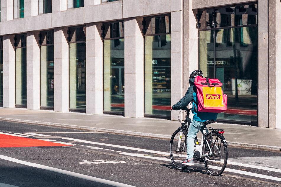Per Fahrrad-Kurier werden die Flink-Einkäufe geliefert.