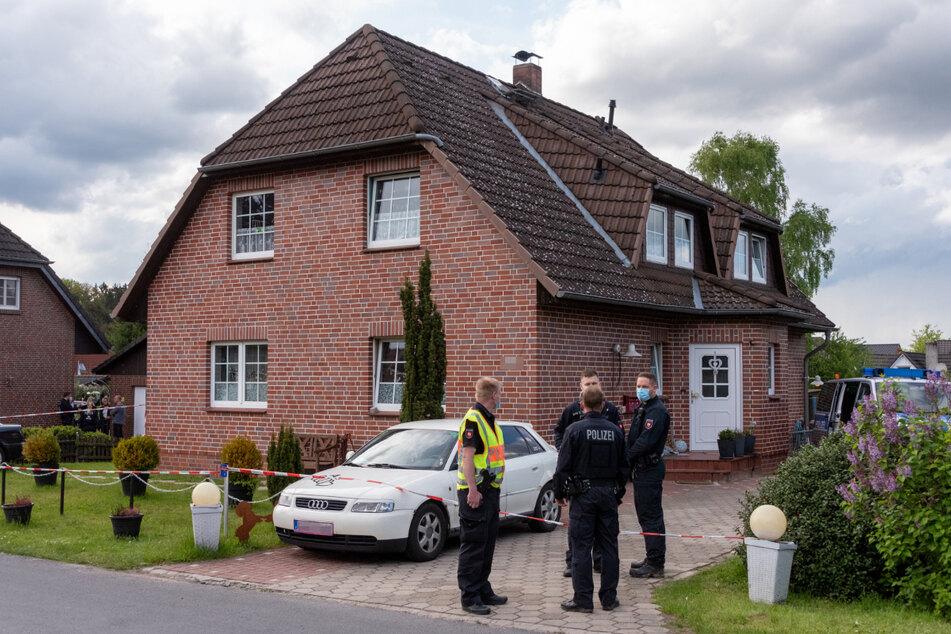 Polizisten haben das Haus in Bispingen abgesperrt, in dem die beiden Leichen gefunden wurden.