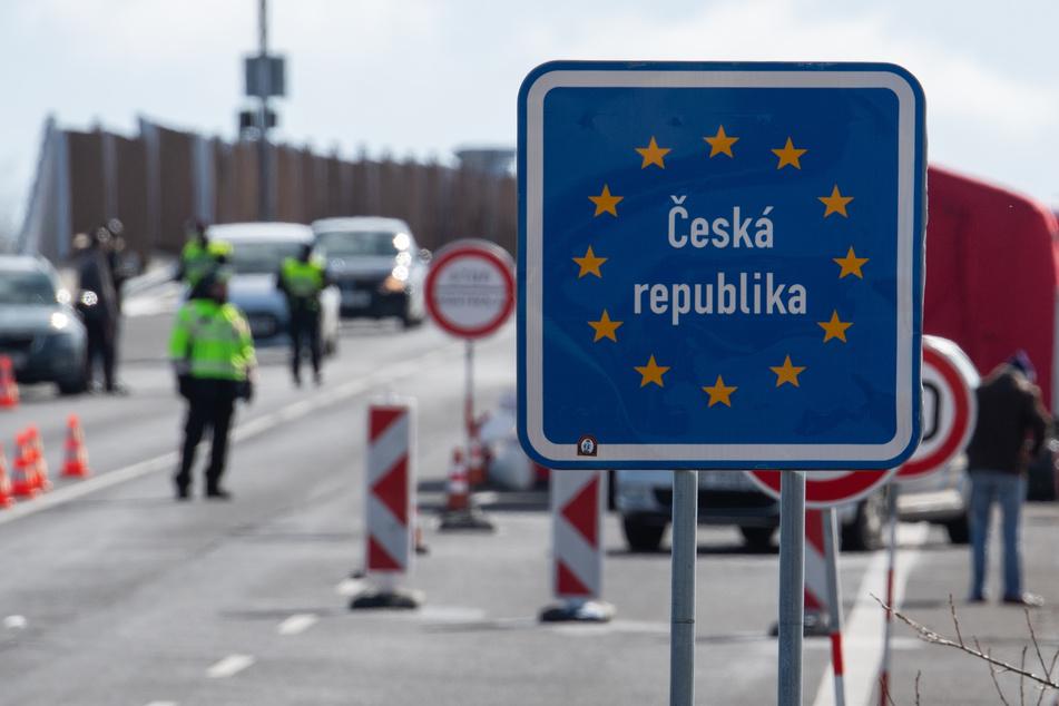 Die Schließungen der Grenzen von Tschechien nach Deutschland für Berufspendler haben nach Angaben der Polizei am Donnerstag keine größeren Verkehrsprobleme ausgelöst.