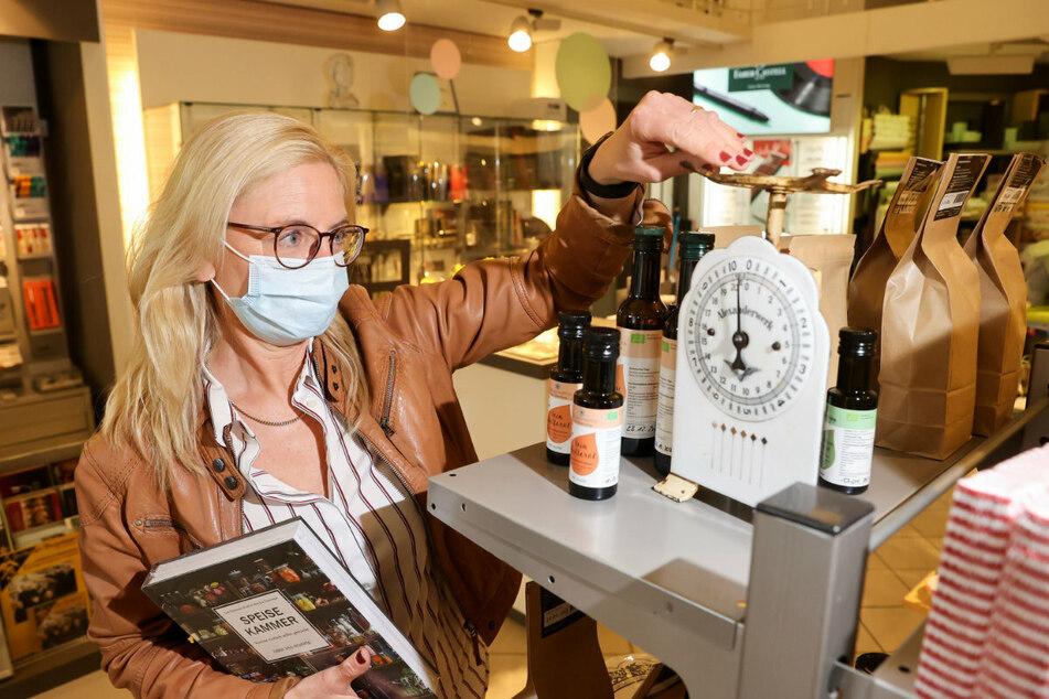Schlupfloch gefunden: Die Schreibwarenhändlerin Anke Krause aus Freiberg hat nun auch Lebensmittel und Klopapier im Angebot - und öffnet weiter.
