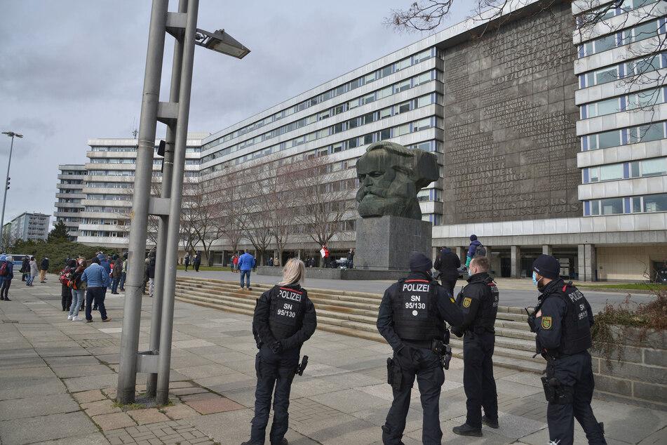 Vor dem Chemnitzer Karl-Marx-Monument fand am Samstag eine Anti-Corona-Demo statt. Die Polizei überwachte die Veranstaltung.