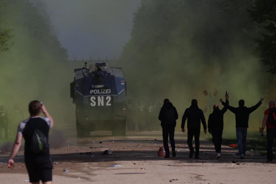 Die Polizei musste Wasserwerfer einsetzen, nachdem Einsatzkräfte mit Flaschen beworfen wurden.
