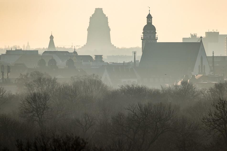 Die Sonne über Sachsen wird zum Wochenbeginn noch von einer dicken Wolkenwand verdeckt. Im Laufe des Tages soll die jedoch immer weiter weichen.