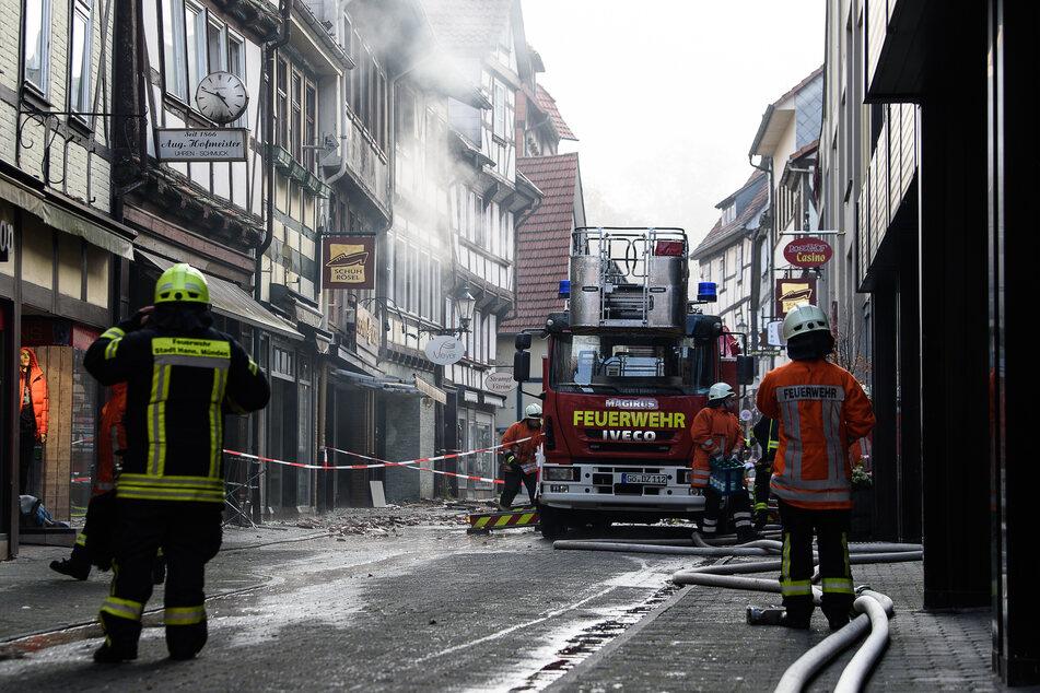 Einsatzkräfte der Feuerwehr löschten bis zum Samstag das Feuer, das am Freitag in einem Geschäftshaus in der historischen Altstadt von Hann. Münden ausgebrochen war.