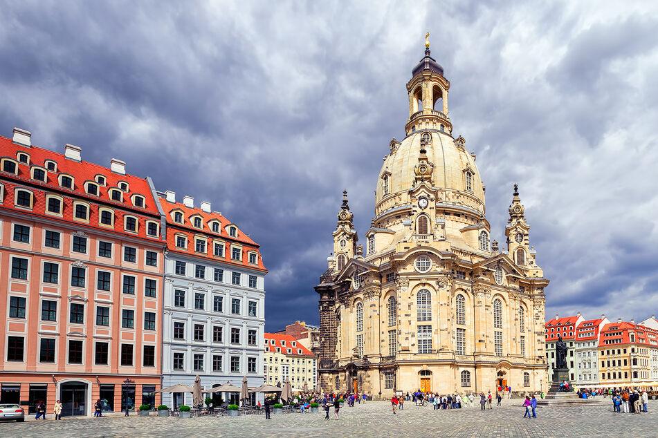 Dunkle Wolken ziehen über der Dresdner Frauenkirche auf.