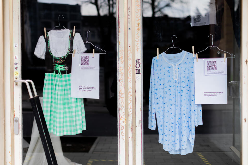 """In Aachen zeigt die Schaufenster-Ausstellung """"Was ich anhatte..."""" Kleider, die Frauen trugen, als sie vergewaltigt wurden. Mit QR-Codes kann die Geschichte der Opfer abgerufen werden."""