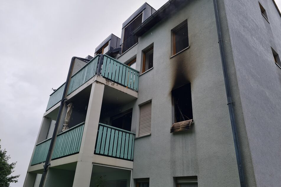 Der Brand brach in der Küche einer Wohnung aus. Das Mehrfamilienhaus ist derzeit nicht bewohnbar.