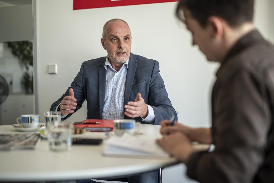 SPD-Politiker Detlef Müller (l.) spricht mit TAG24-Redakteur Gabriel Schwab.