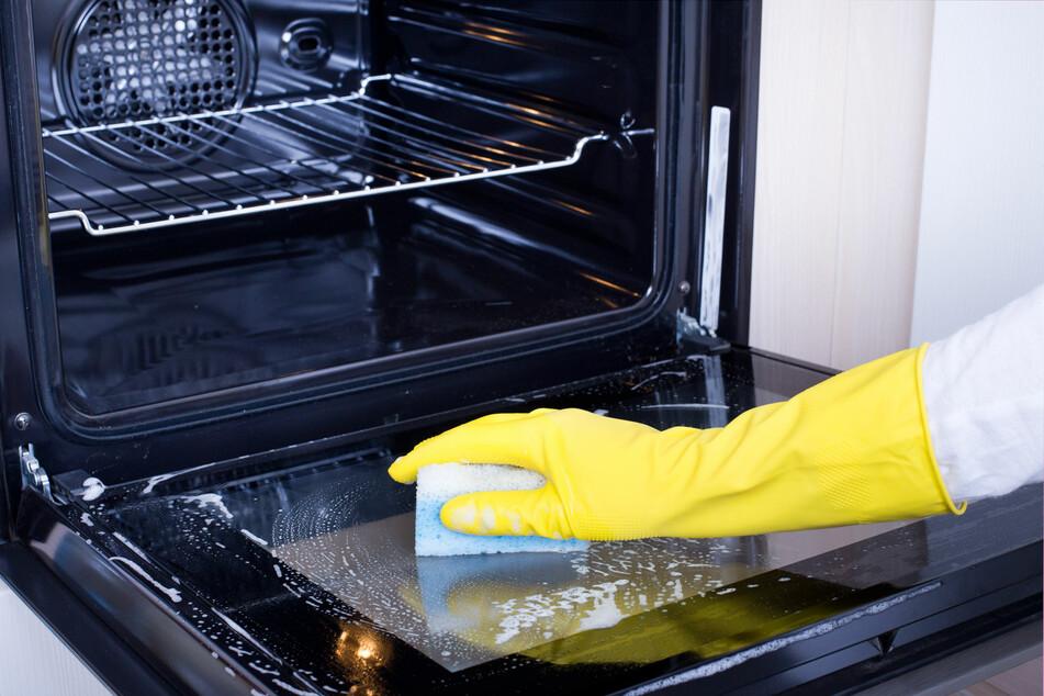 Der Backofen lässt sich einfach und preiswert mit Hausmitteln reinigen.