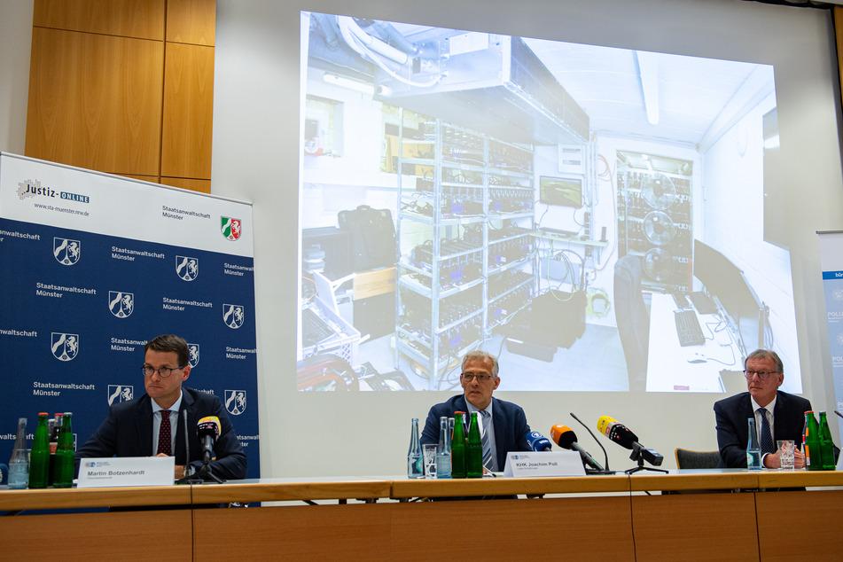 Die Ermittler zeigen während der Pressekonferenz ein Bild der Gartenlaube, in der der Tatverdächtige eine Server Anlage installiert hatte.