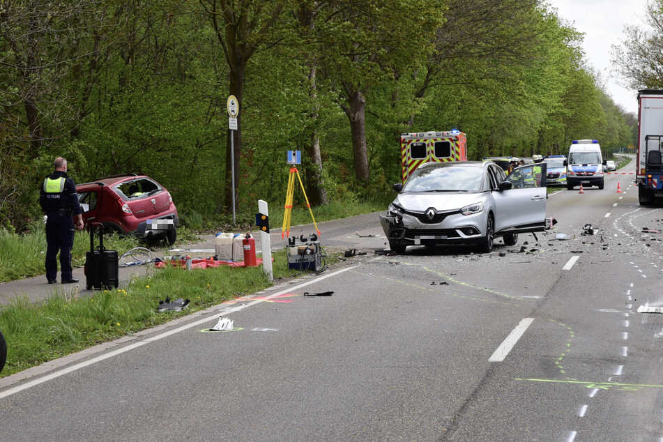 Viele Rettungssanitäter, Notfallseelsorger und Polizisten sicherten am Montagvormittag die Unfallstelle.
