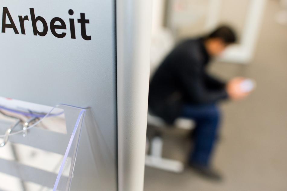 Ein Mann sitzt in der Bundesagentur für Arbeit. Die Zahl der Arbeitssuchenden stieg zuletzt in Deutschland an.