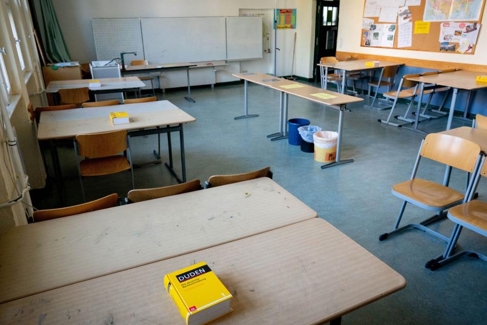 Ein Duden liegt für die Schüler in einem Klassenraum des Rheingau-Gymnasiums für die Abiturprüfungen bereit. (Archivbild)