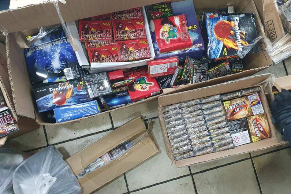 Die Polizei stellte mehrere Kisten voller Feuerwerkskörper sicher.