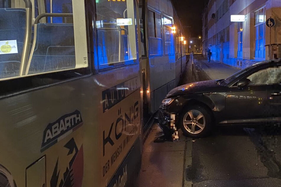 Einbahnstraße missachtet? Auto kracht in Tram
