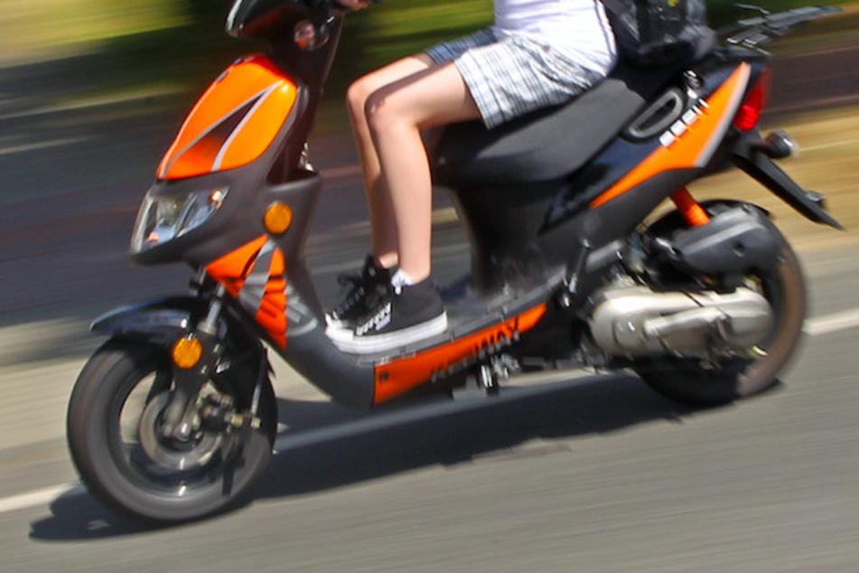 Rollerfahrer rast in Kinder und Eltern auf einem Spielplatz
