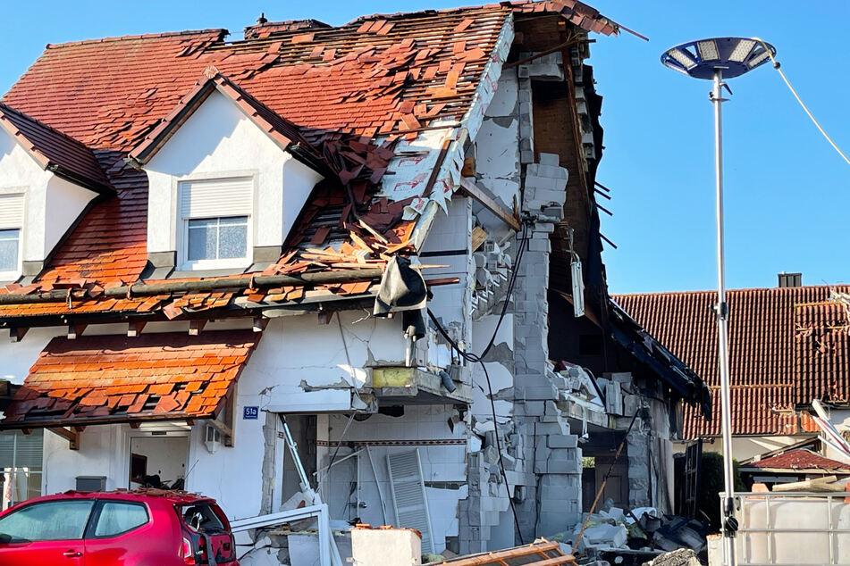 In der durch die Explosion zerstörten Doppelhaushälfte lebten neben dem vermissten Ehepaar noch drei weitere Personen.