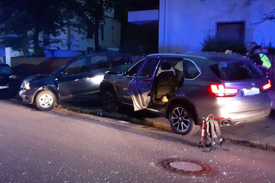 Auto alarmiert Rettungskräfte: 17-Jähriger ohne Führerschein rast in parkendes Auto