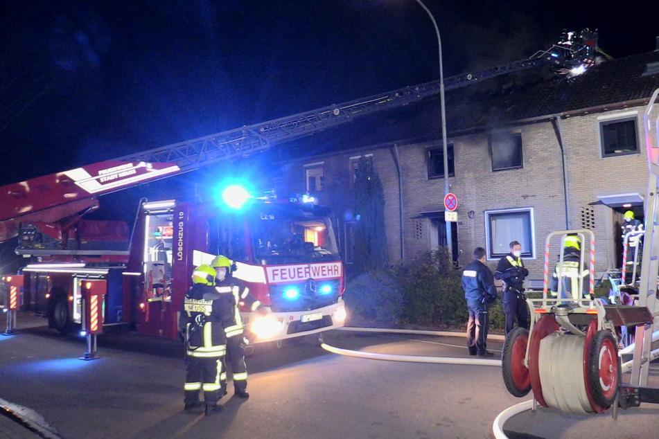 Bei einem Wohnungsbrand in Neuss ist am Mittwochabend ein Mensch ums Leben gekommen. Die Löscharbeiten der Feuerwehr zogen sich über mehrere Stunden.