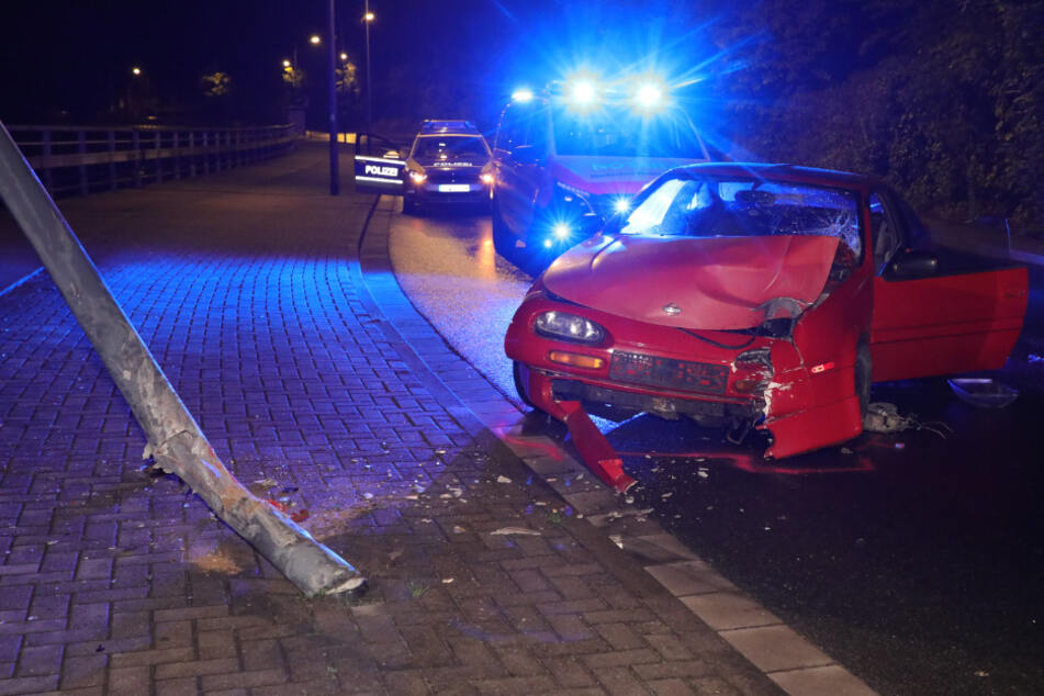 Suff-Fahrer flüchtet vor Polizei und kracht gegen Lampenmast!