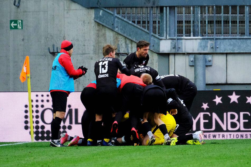 Ganz unten in der FSV-Traube liegt Jozo Stanic (21). Er traf am Montag in Kaiserslautern zum 2:2.