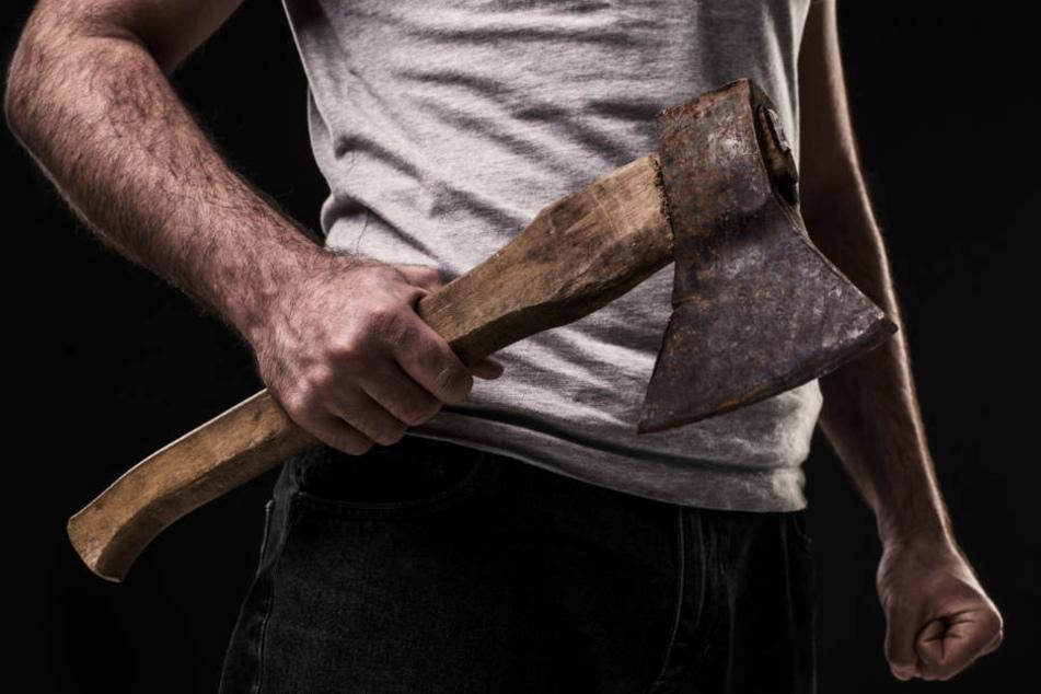Mann von Lärm geweckt: Nachbar schlägt mit Axt auf seine Wohnungstür ein