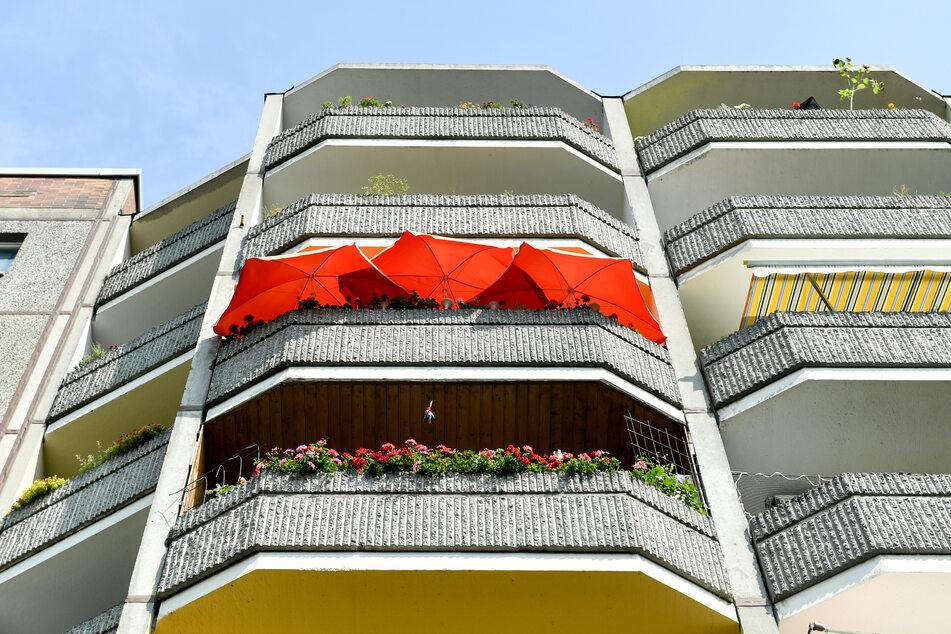 Gleich drei Sonnenschirme schützen auf einem Balkon eines Wohnhauses in Prenzlauer Berg vor der Sonne. Berlin und Brandenburg sind im Juni dieses Jahres die wärmsten Bundesländer in Deutschland gewesen.
