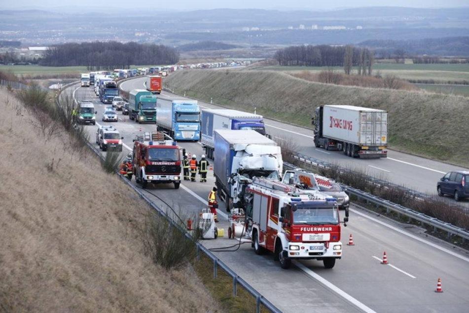 Unfall auf A17: Lkw kracht in Anhänger mit Neuwagen