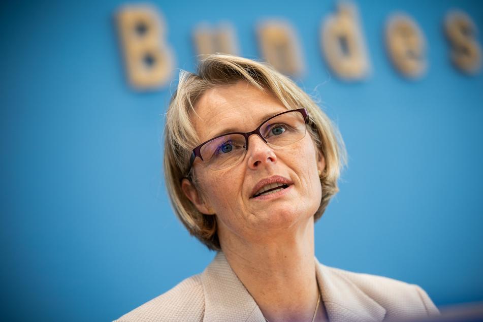 Anja Karliczek (CDU), Bundesministerin für Bildung und Forschung, spricht bei der Vorstellung des OECD-Bildungsberichts.