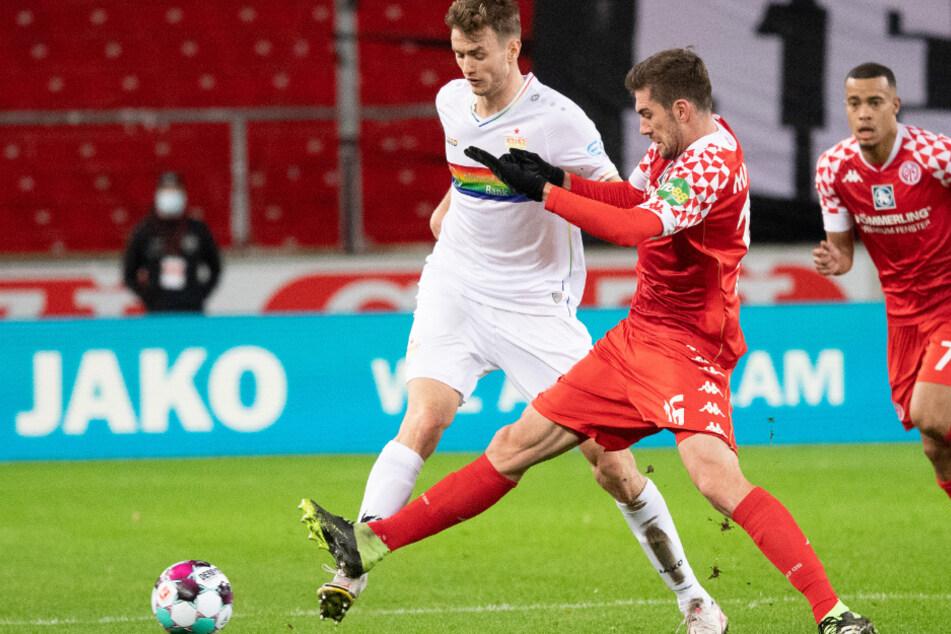 Stefan Bell (r.) grätscht Sasa Kalajdzic den Ball weg. Im Hintergrund lauert Robin Quaison.