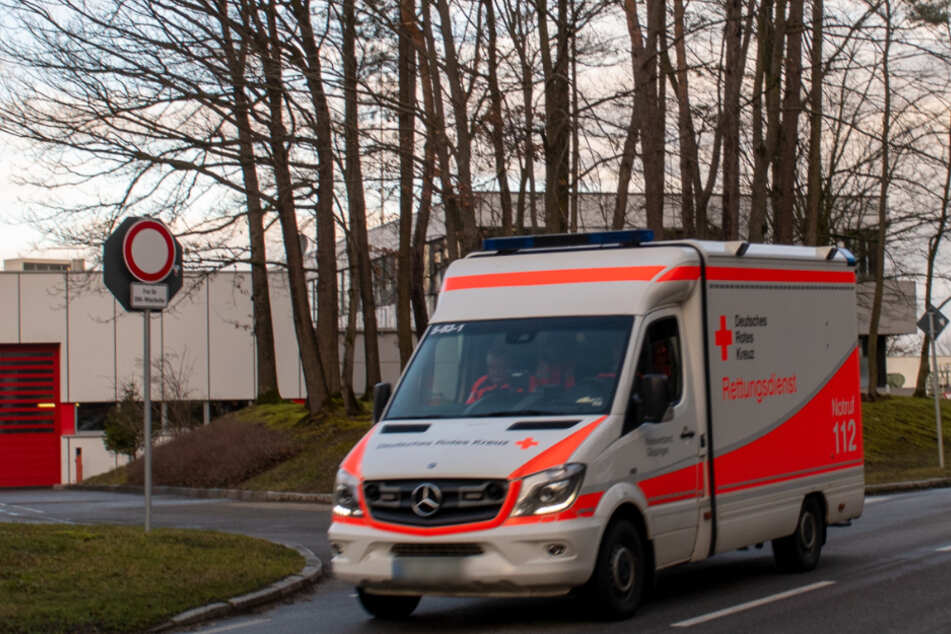 Auto kracht in Rettungswagen: Sanitäter schwer verletzt