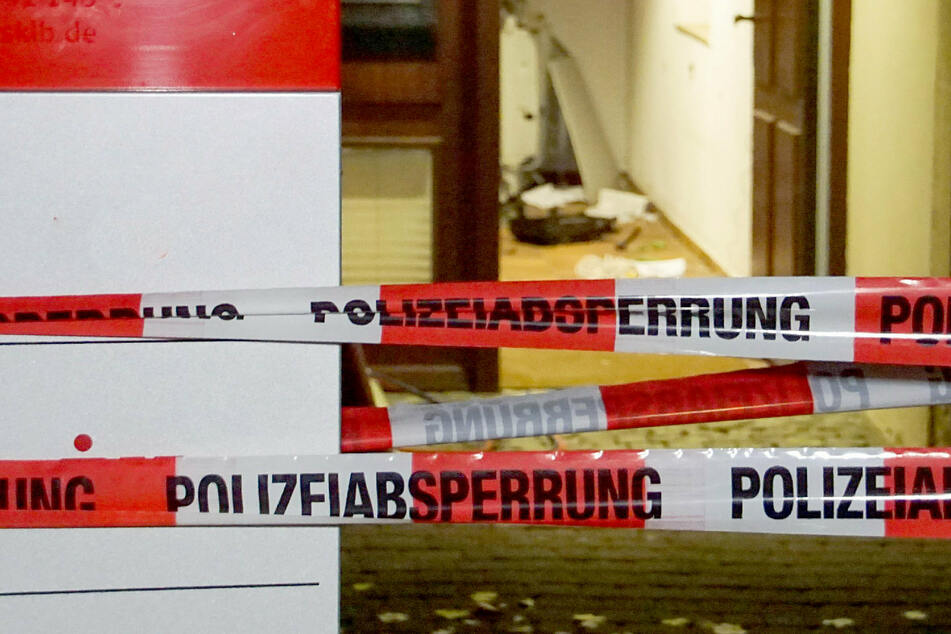Die Täter luden den gestohlenen Geldautomaten anschließend auf ein Fahrzeug. (Symbolbild)