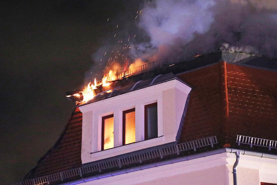 Das Feuer breitete sich ersten Erkenntnissen nach im Dach aus und griff anschließend auf Wohnungen im Dachgeschoss über.