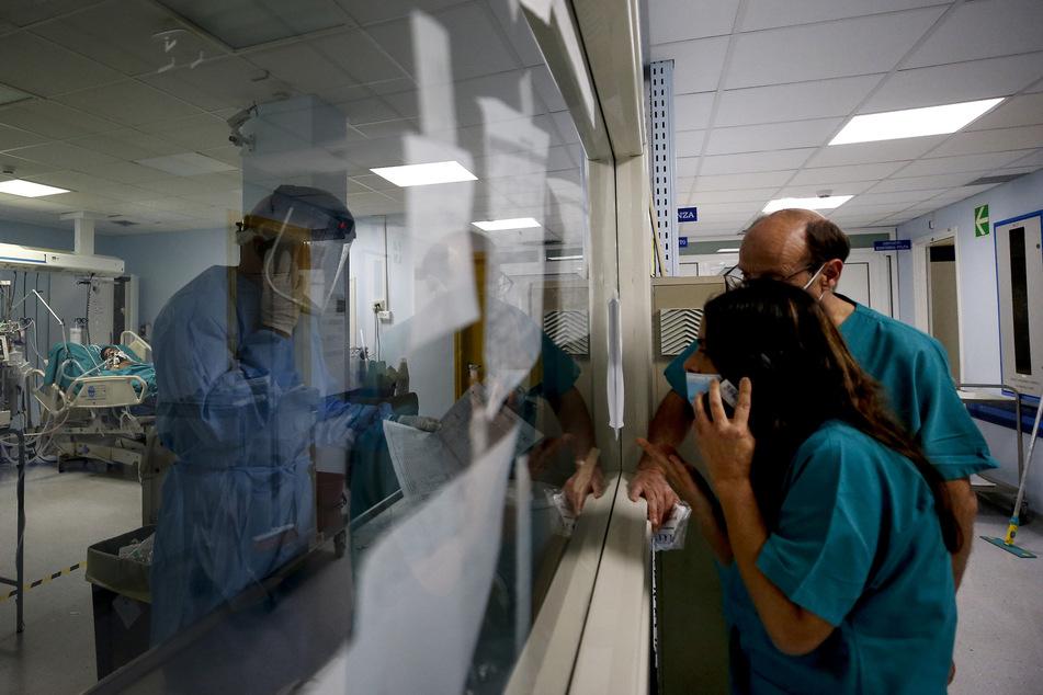 In Rom sprechen Mitarbeiter des Gesundheitswesens über Telefone mit einem Mitarbeiter einer neuen Intensivstation.