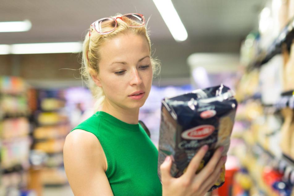 Nun muss auch diese Dame Nase und Lippen verhüllen - im Supermarkt herrscht ab heute Maskenpflicht.